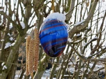 ... dafür hat aber über Nacht das Osterei im Hasel ein Schneemützchen bekommen.
