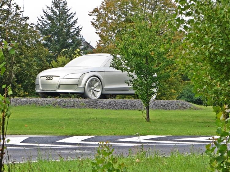 2013-10-06 Ingolstadt 112 rund um den Audi-Ring - TT-Skulptur