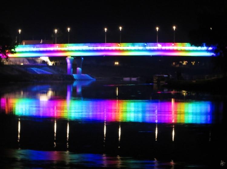 2013-10-08 – 19h35 – Győr Jedlik Ányos Híd, die bunt beleuchtete Brücke über die Kleine Donau in Győr / Ungarn.