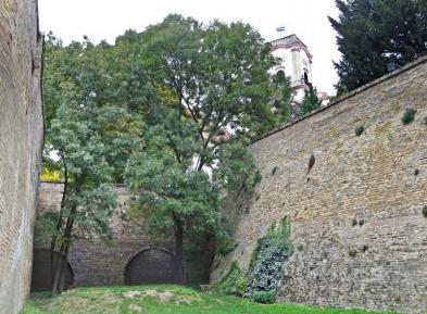 die Mauern hinaufgesehen: der Turm der Bischofsburg