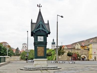 auf dem Bécsi kapu tér, dem Wienertor-Platz, mit Blick auf die Türme von Bischofsburg links und Kathedrale rechts der Uhr