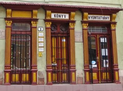 Eines dieser Häuser hat ein wunderschöne alte Ladenfront aus Holz, ein ehemaliger Buchladen, scheint es.