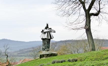 2014-02-23 Ausflug zum Balaton CIMG1948 Tihany Benediktinerabtei Der Gründer (Basalt, verchromter Stahl, 1972, Imre Varga
