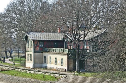 Spartakus-Bootshaus auf der Rádo-Insel