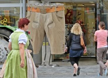 2014-08-12 Straubing 453 Ludwigsplatz Riesenlederhose