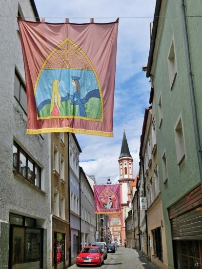 2014-08-12 Straubing 461 Klosterkirche Hl.Geist Fahnen Albrechtgasse