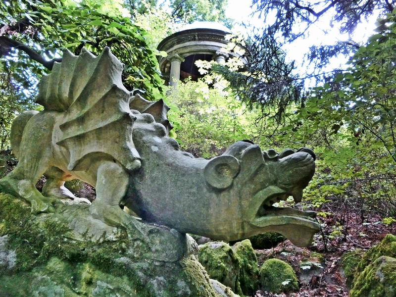 2014-08-13 Schloss Hohenstein 562 Garten Drachen+Monopteros