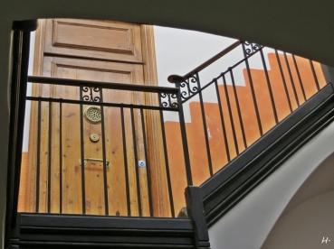 im Treppenhaus auf dem Weg zum ersten Stadtbummel