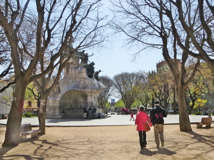 2015-04-10 Barcelona IMG_2047G  Plaça de Tetuan mit Denkmal+Paar+Arc de Triomf