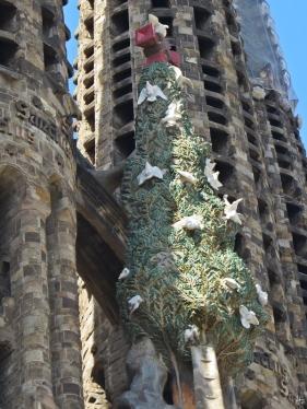 2015-04-10 Barcelona IMG_2070 La Sagrada Familia Tauben-Baum