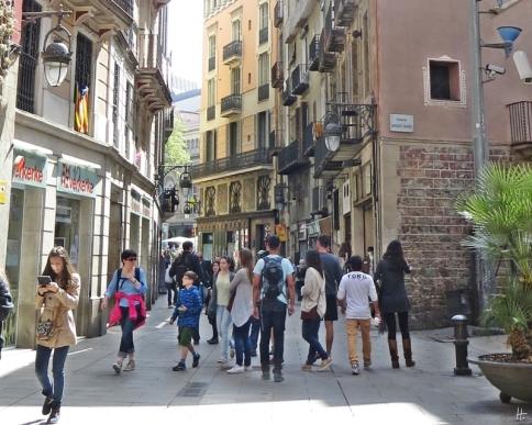 2015-04-10 Barcelona IMG_2201 Carrer del Cardenal Casañas Gasse+Balkone+Fußgänger