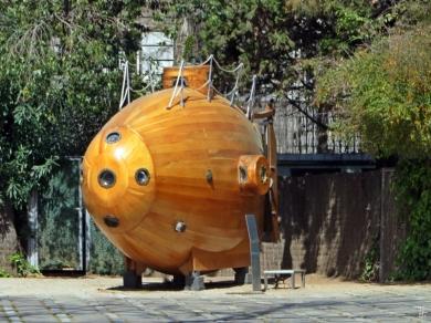 Holz-U-Boot Ictíneo I im Hof des Marinemuseums 'Museu Marítim de Barcelona'; U-Boot des spanischen Erfinders Narcís Monturiol aus Barcelona, das 1859 zum ersten Mal tauchte. Dabei stellte es sich als mangelhaft heraus.