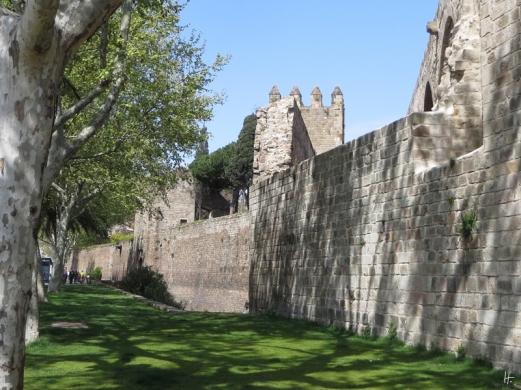 Außenmauer der Drassanes Reials an den Jardins del Baluard