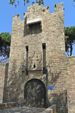 Turm an der Außenmauer der Drassanes Reials an den Jardins del Baluard
