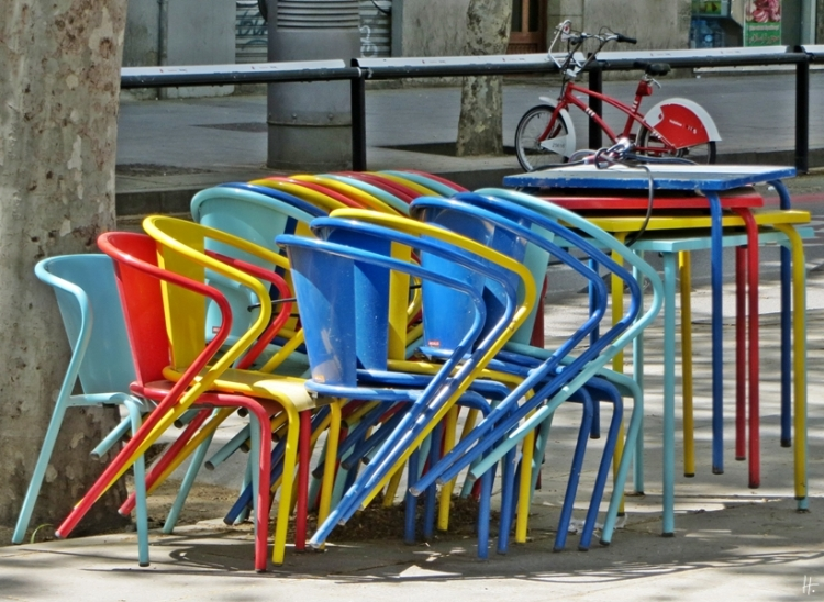 2015-04-12 Barcelona IMG_2736 14h32 Rambla del Raval Stühle