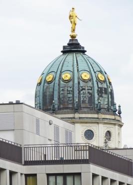 2015-07-27 BERLIN-Tage 079 vom Hotel über die Mohrenstrasse gesehen zum Gendarmenmarkt Kuppel d Deutschen Domes