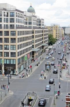 2015-07-27 BERLIN-Tage 080S vom Hotelbalkon über die Mohrenstrasse gesehen zum Gendarmenmarkt