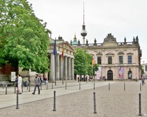 2015-07-27 BERLIN-Tage 158S Unter den Linden Neue Wache & Zeughaus