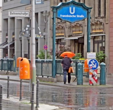 2015-07-27 BERLIN-Tage 192 Friedrichstrasse Regen UBahnStation FranzösischeStrasse / Friedrichstrasse