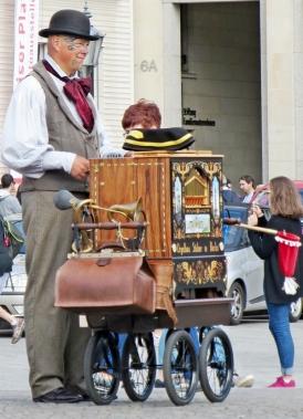 2015-07-28 BERLIN-Tage 246 Pariser Platz Drehorgel-Mann