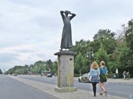 2015-07-28 BERLIN-Tage 277S Strasse des 17. Juni 'Der Rufer' Replikat v. Gerhard Marcks