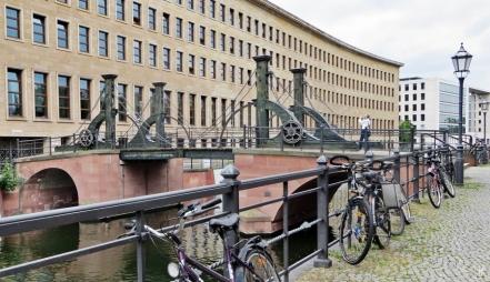 2015-07-28 BERLIN-Tage 306 Mitte Friedrichsgracht mit Jungfernbrücke+Altem AA