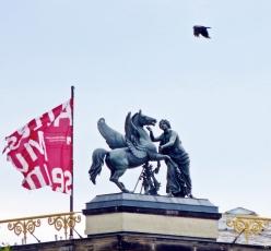 2015-07-28 BERLIN-Tage 371 Mitte James Simon Park Blick auf die Spreeinsel mit Altem Museum_Pegasus-Skulptur (Hermann Schievelbein)+Krähe
