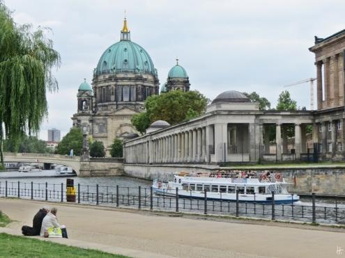 2015-07-28 BERLIN-Tage 378 Mitte James Simon Park Blick auf die Spreeinsel mit Berliner Dom+Friedrischsbrücke