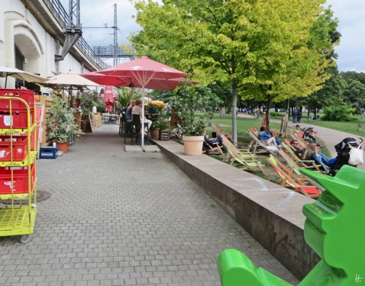 2015-07-28 BERLIN-Tage 379 Mitte James Simon Park Liegestühle Ampelmann
