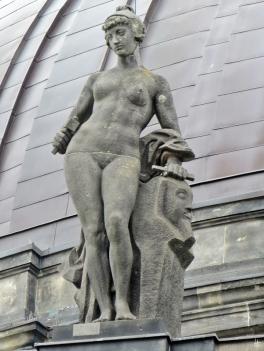 2015-07-28 BERLIN-Tage 388 Mitte Bode-Museum an der Montbijou-Brücke - Allegorie der Bildhauerei (Allegorien der Künste von August Vogel+Wilhelm Widemann)