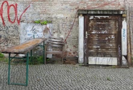 2015-07-28 BERLIN-Tage 420B Mitte Oranienburgerstrasse Ziegelmauer+Tisch+Stuhl+Tür