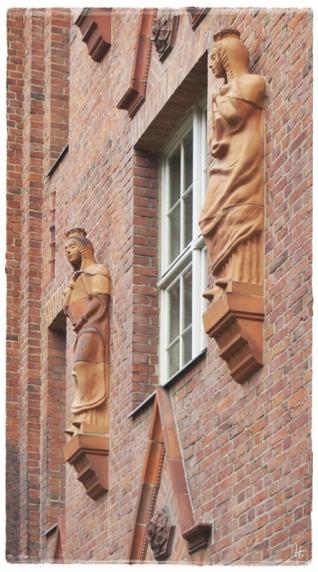 2015-07-28 BERLIN-Tage 451S-crop Kreuzberg Oranienstrasse 107 ehemalige Reichsschuldenverwaltung mit Skulpturen von Hugo Lederer