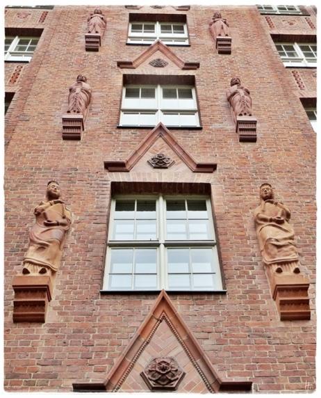 2015-07-28 BERLIN-Tage 452S-crop Kreuzberg Oranienstrasse 107 ehemalige Reichsschuldenverwaltung mit Skulpturen von Hugo Lederer