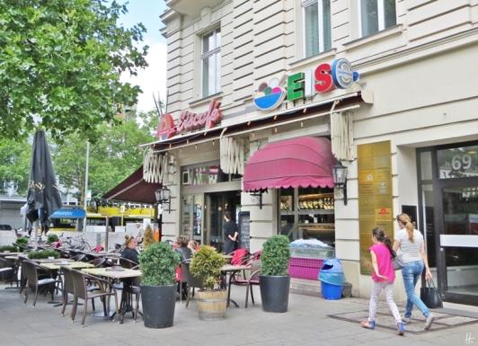 2015-07-29 BERLIN-Tage 553 Kurfürstendamm-Adenauerplatz-Lewishamstrasse Eiscafé