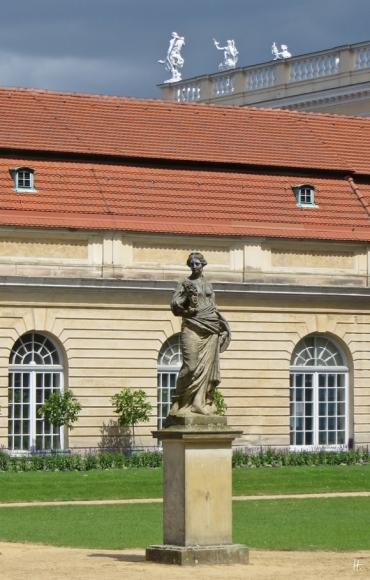2015-07-30 BERLIN-Tage 713 Charlottenburg Schloss Charlottenburg Skulpturen: Flora vor der Orangerie + Attikafiguren auf der Dachbalustrade