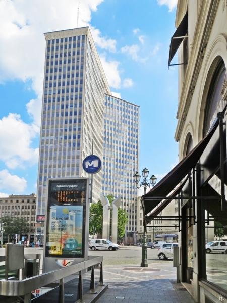 Porte de Namur / Naamsepoort - U-Bahn-Abgang mit Skulptur in der Mitte der Kreuzung