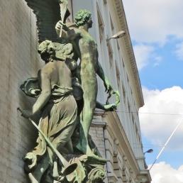 Allegorien neben dem Eingang der Königlich-Belgischen Kunstmuseen (1887, Alphonse Balat )