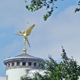 An der Rückseite des Gebäudekomplexes der Königlichen Museen der schönen Künste gibt es an der Südwest-Ecke einen rundturmähnlichen Abschluss mit einer goldenen Siegesfigur, zumindest deute ich Fackel und Lorbeerkranz so.