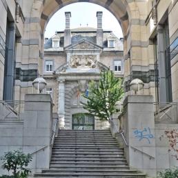 Rue des Quatre Fils Aymon, nach der mittelalterlichen Sage von den Haimonskindern benannt, oben ist das Portal des (Militär-)Club Albert zu sehen.