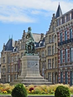 2015-08-23 3_Gent_5 Lieven Bauwensplein (15) Denkmal im Beet