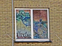 2015-08-23 3_Gent_7 Walpoortbrug (2) Graffitispiegelung im Fenster+Ziegelwand