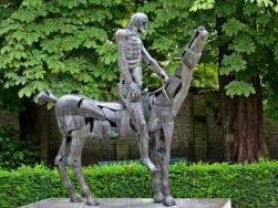 2015-08-24 4_Brügge_11 Arentshof (21) Apokalyptischer Reiter-Skulptur Rik Poot