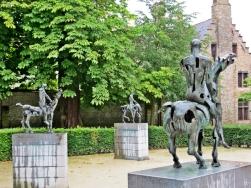 2015-08-24 4_Brügge_11 Arentshof (22) 3Apokalyptische Reiter-Skulpturen Rik Poot