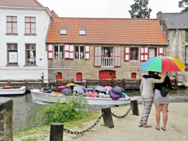 2015-08-24 4_Brügge_12 am Dijver (3) Touristenboot+Regenschirme