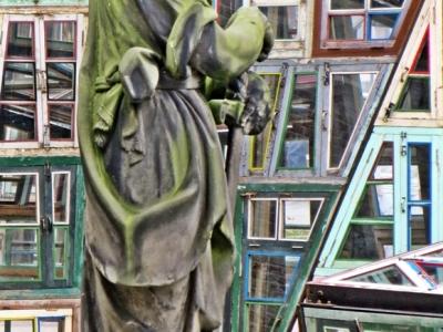 2015-08-24 4_Brügge_2 Sint-Salvatorskathedraal (10) Stein-Skulptur+chin.Fensterkunst von Song Dong