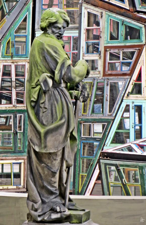 2015-08-24 4_Brügge_2 Sint-Salvatorskathedraal (10) Stein-Skulptur Paulus + chin.Fensterkunst von Song Dong