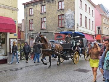 2015-08-24 4_Brügge_9 Katelijnestraat (02) Kutsche+Passanten