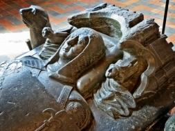 2015-08-25 5_Gent_3 (19A) STAM Abtei-Refektorium Grabmonument Hugo II Viggezele Burggraf von Gent 1227-32