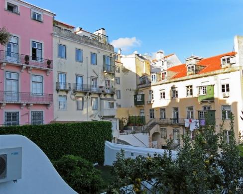 2016-03-29 Lissabon (Portugal) Tag 1 (4) im Chiado über den Hof gesehen