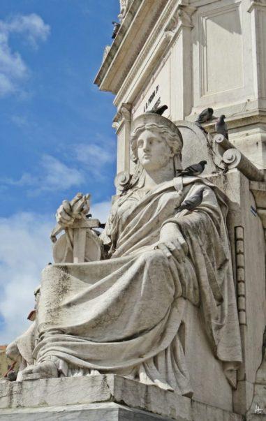 2016-03-30 Lissabon (Portugal) Tag 2-18 (10) Praça Dom Pedro IV Skulptur Praça Dom Pedro IV + eine der vier Tugenden d. portugiesischen Bildhauers Germano José de Salles + Tauben